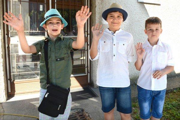 Druháci mávajú prázdninám. Tobiáš Zázvorka, Sebastián Lacko a David Petrík boli so svojimi vysvedčeniami spokojní a už sa tešia na oddych od školy najmä na kúpaliskách.