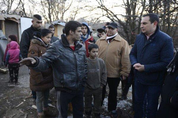 Na snímke uprostred René Horváth, ktorému nedávno počas mrazov zomrelo dieťa, vpravo splnomocnenec vlády SR pre rómske komunity Peter Pollák.