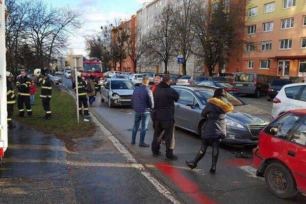Ondavská. Zásah hasičov pred nemocnicou.
