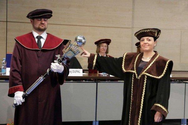 Zuzana Hajduová na inaugurácii. Rada organizuje aj mimoškolské aktivity pre zamestnancov.