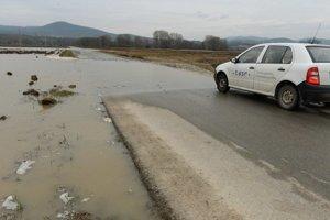 Podobná situácia ako dnes bola aj v utorok. Medzinárodná cesta do Maďarska je momentálne neprejazdná.