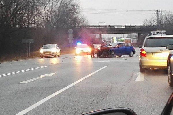 Po nehode. Traja ľudia sa zranili.