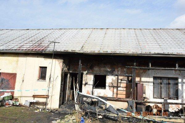 Po požiari. Zhorel gánok, poškodená je strecha.