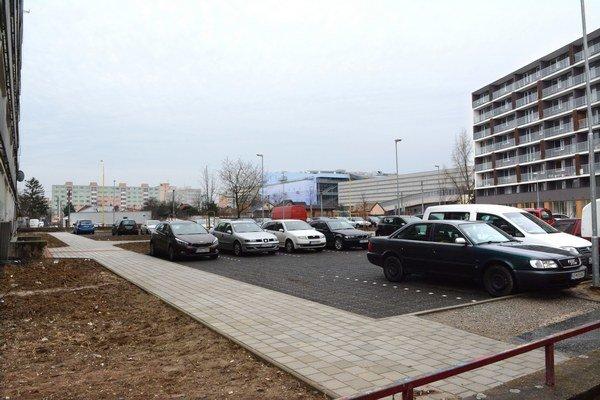 Parkovisko medzi budovami. Tam si miesta pre autá vyriešil majiteľ budov iba pre tú zrekonštruovanú (vpravo).