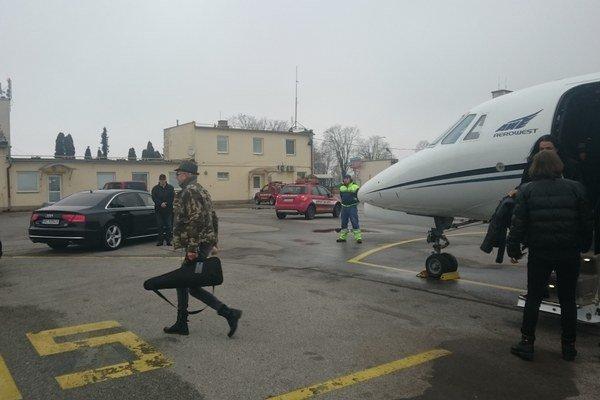 Z lietadla do limuzín. Kapela dorazila do Košíc okolo obeda.