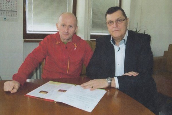 Vychádza mu v ústrety. Slavomír Lindvai (vľavo) ajeho riaditeľ Peter Hoffman.