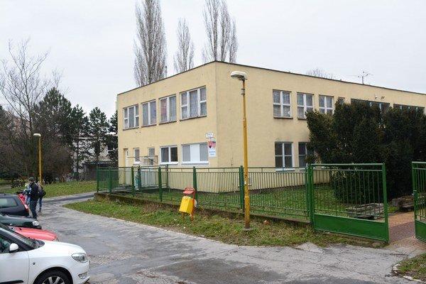 Na Tatranskej ulici. Materská škola mohla získať peniaze na opravy, musí čakať.