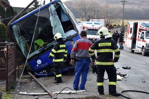 Po zrážke zasahovali hasiči, záchranári a polícia.
