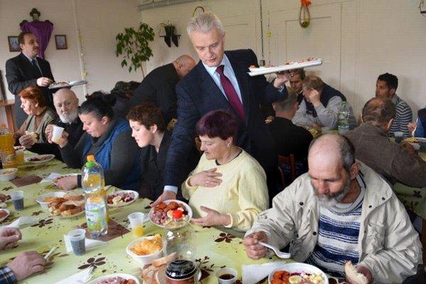 Obložené taniere rozdával aj starosta MČ Košice Západ, Ján Jakubov.
