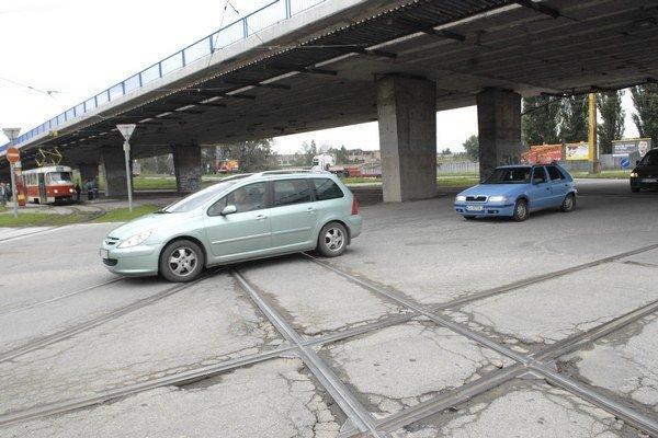 Križovatka VSS. Koľajnice pod mostom sú už veľmi opotrebované.