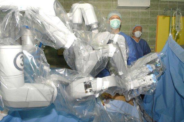 Da Vinci v Košiciach v roku 2012. Kvôli sterilite bol počas operácie zakrytý ochrannou fóliou.