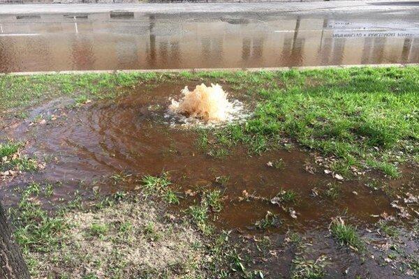 Neďaleko pošty. Voda striekala  a zaplavila cestu.