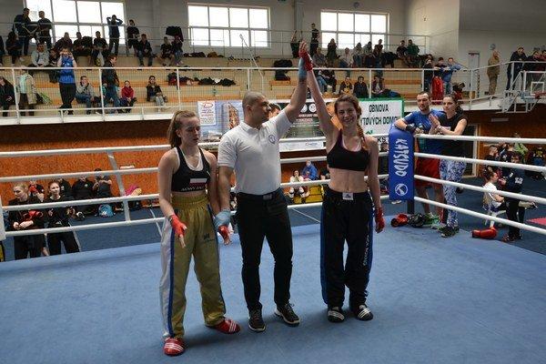 Vanesa Knížková. Rozhodca jej dvíha ruku po víťazstve nad Poľkou Nataliou Dulianovou vo fullcontact junioriek do 60 kg.