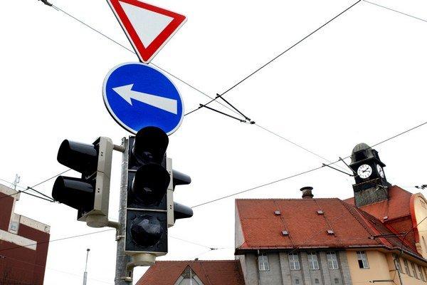 Dopravu opäť neriadia semafory. Prechod cez túto križovatku môže byť preto nebezpečnejší.