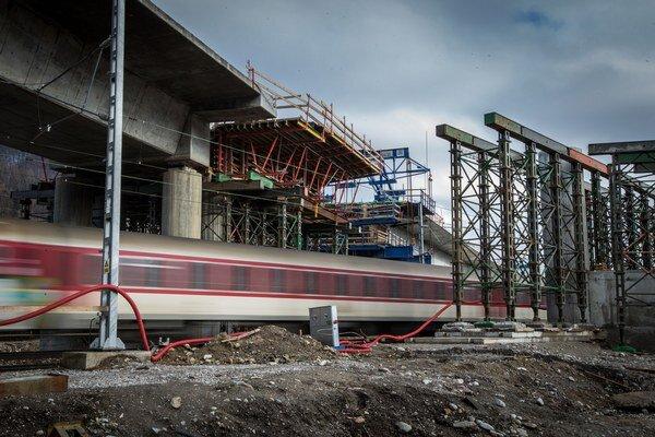 Stavba diaľničného viaduktu ponad rieku Váh na úseku D1 Dubná skala Turany.