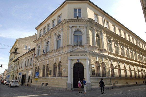 Fakulta sídli v centre mesta. Vychovala už tisíce právnikov.