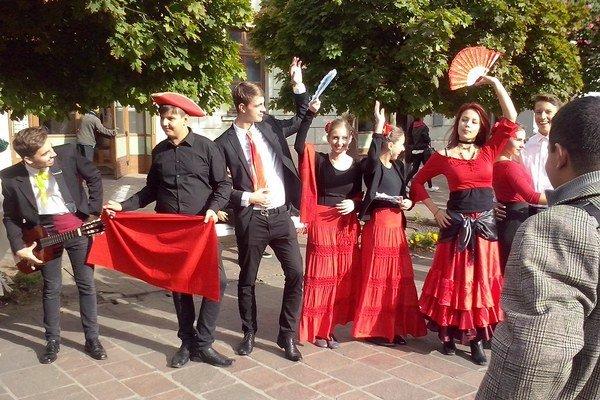 Španielske tanečnice bavili návštevníkov centra.