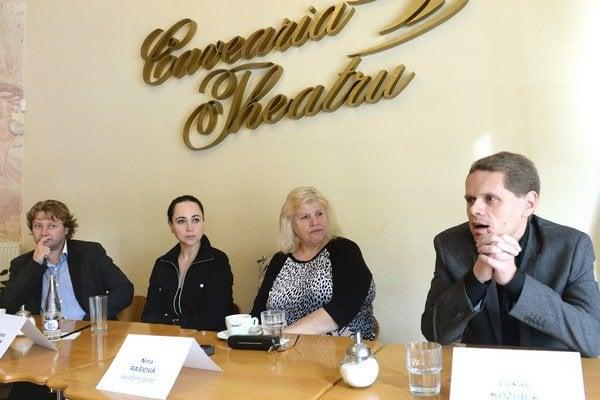 Zľava dramaturg Peter Hochel, režisérka Zuzana Gilhuus, asistentka réžie Nina Rašiová a zbormajster Lukáš Kozubík.