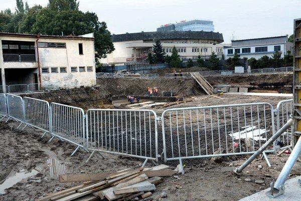 Nový vodnopólový bazén. Vznikne na tomto mieste. Základy už vykopali.