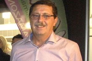 Pavol Paška. Jeho ružovú košeľu už v NR SR určite neuvidíme.