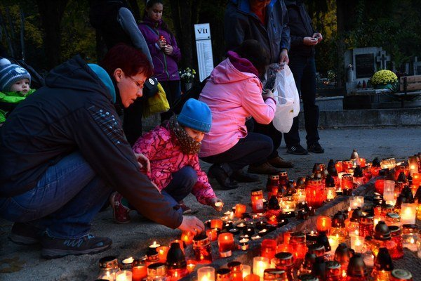 Magická atmosféra. Zapaľovanie sviečok lákalo deti.