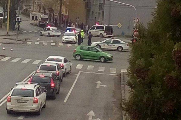 Po nehode. Polícia ulicu na čas uzavrela, sanitky odviezli zrazené ženy do nemocnice.