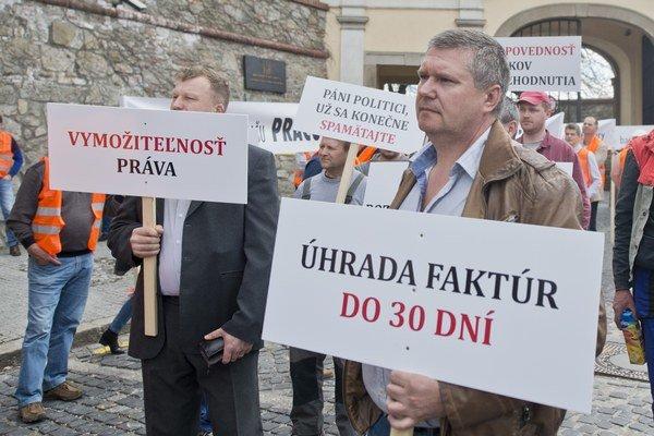 Protest živnostníkov poškodených Váhostavom 15. apríla pred parlamentom.