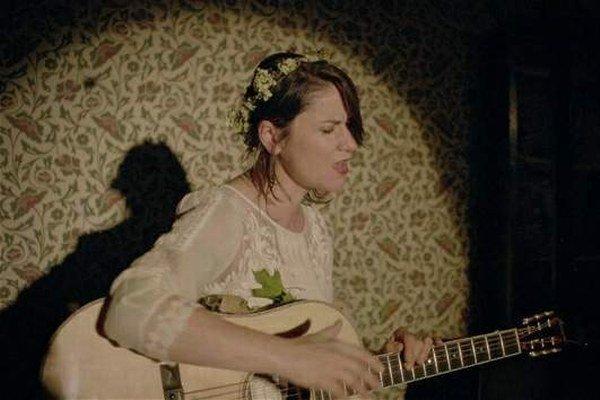 Lenka Dusilová. Jej hudobný jazyk sa pohybuje v rozmanitých elektro-akustických krajinách.