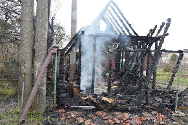Zhorela do tla. Chatu sa, napriek snahe hasičov, zachrániť nepodarilo.
