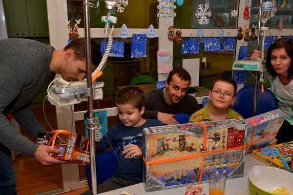 Hráči HC Košice priniesli hračky, ktoré si deti želali. Hokejisti pri odovzdávaní darov.