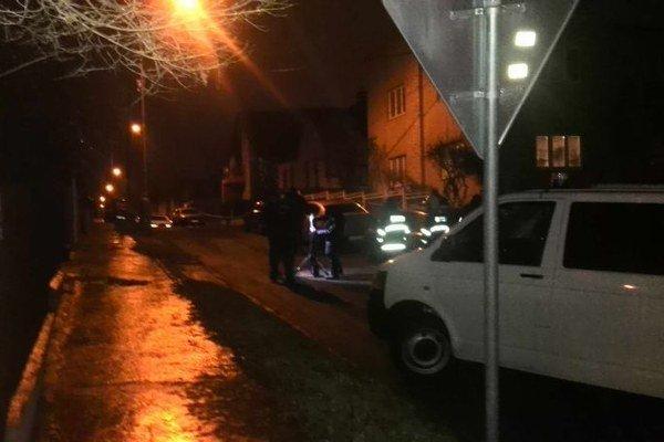 Dom na Fakľovej. Polícia uzavrela časť ulice kvôli vyšetrovaniu.