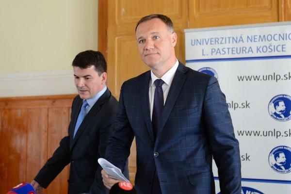 Sprava minister zdravotníctva Viliam Čislák a riaditeľ UNLP Košice Milan Maďar.