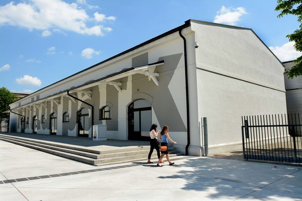 Zatvorená galéria v Kulturparku. Časť centrálnej budovy je uzatvorená kvôli nosným praskajúcim stĺpom.