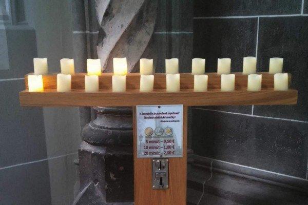 Svietnik. Namiesto klasických sviečok sú len elektrické. Platí sa od 50 centov do 2 eur.