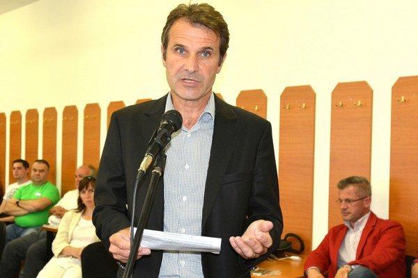 Ján Dečo (nezávislý). Tvrdí, že niekoľko rokov dostáva k problému od mesta len vágne odpovede.