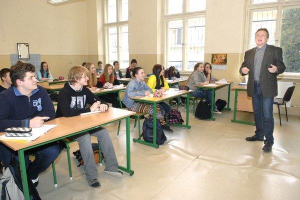 Gymnázium Poštová. Tamojší učiteľ slovenčiny a dejepisu Anton Petrek so svojimi študentami.