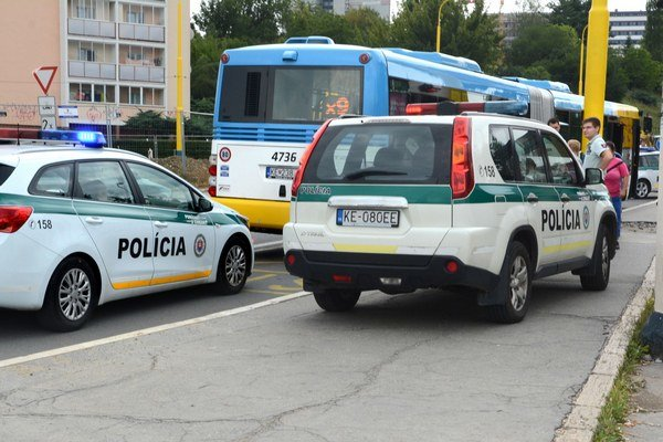 Utorok pri amfiteátri. Tri policajné hliadky na zastávke MHD vzbudili rozruch.
