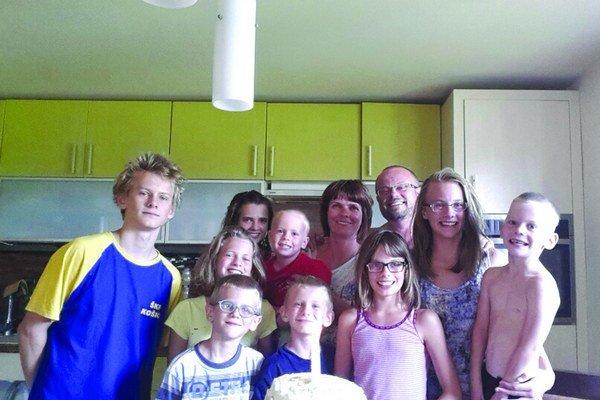 Kompletná rodina. Spolu má 11 členov.