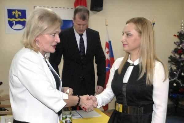 Bývalá a súčasná starostka. Jenčová (vľavo) chce peniaze od Jazera, ktorému teraz šéfuje Kovačevičová (vpravo).