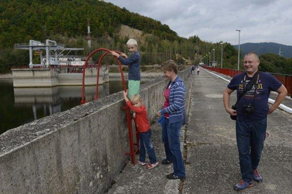 Na snímke návštevníci na korune hrádze.