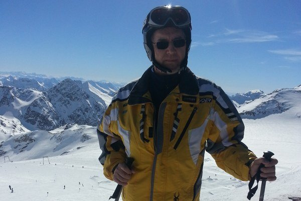 Na lyžovačke. Patrí medzi jeho obľúbené zimné športy.