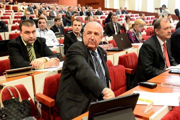 Emil Petrvalský (nezávislý) tvrdí, že používanie oficiálnych adries je príliš komplikované.