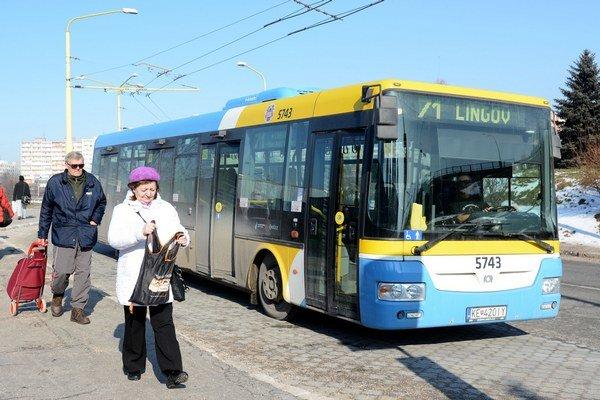 Cestovanie v mestskej hromadnej doprave. Ľudia si musia zvyknúť na rôzne obmedzenia.