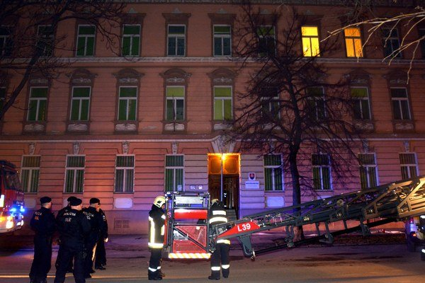 Rušná noc. Záchranné zložky prehnalo zlyhanie systému požiarnej ochrany.