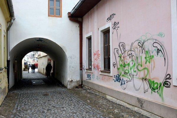 Grafiti na stenách. Košičanov hnevajú, polícia je prikrátka.