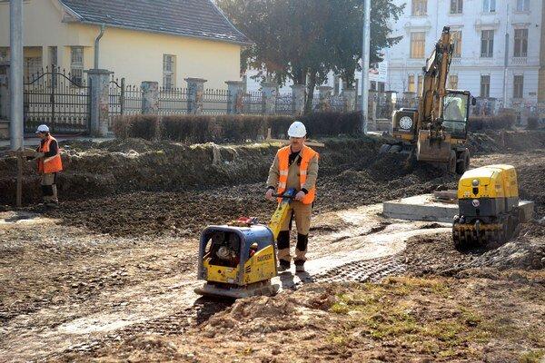 Neželaný budíček. Postarali sa oň nechtiac robotníci na stavbe.