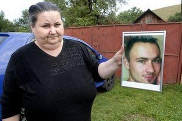Radova mama drží jeho fotku.