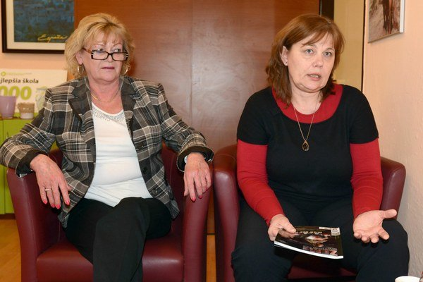 Riaditeľka (vľavo) a slovenčinárka Tomková. Rozruch okolo jednej fotky nechápu.