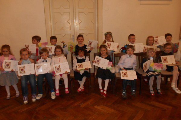 Odmenené deti. Potešili ich rozprávkové knižky a čokoládové dobroty.