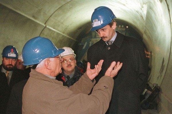 25. február 2000: Mikuláš Dzurinda počas prehliadky výstavby diaľničného tunela Branisko.